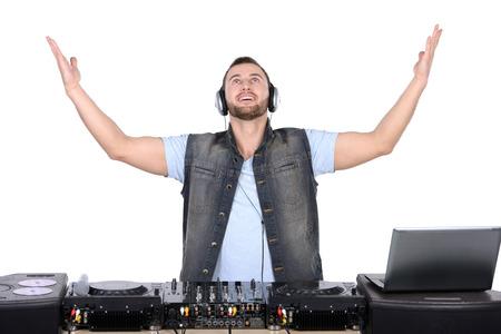 estudio de grabacion: DJ fresco en el trabajo Hombres jovenes felices girando sobre giradiscos mientras aislados en blanco