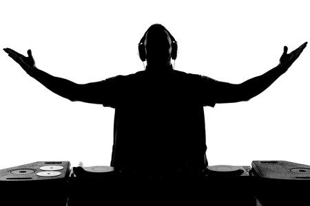 electric fixture: DJ silhouette Silhouette di DJ gesticolare e la filatura su giradischi