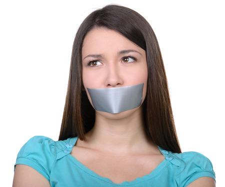 stil zijn: Het is beter om te zwijgen. Verstoord meisje met zelfklevende tape over haar mond Stockfoto