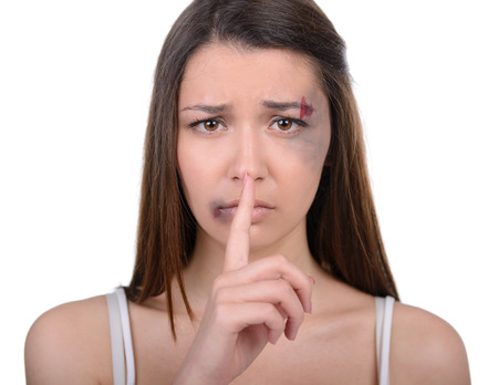 guardar silencio: Close up de mujer batida. La celebraci�n de su dedo, mostrando a guardar silencio Foto de archivo
