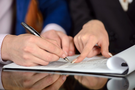 abogado: Hombre de negocios y firma de contrato de trabajo mano de la mujer