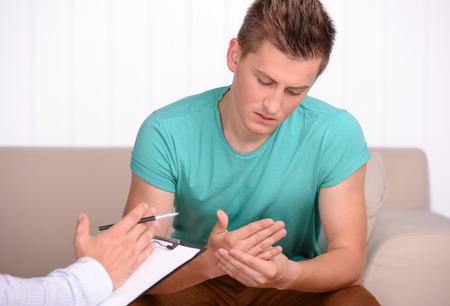 若い男が彼の心理学者に彼の問題について協議します。