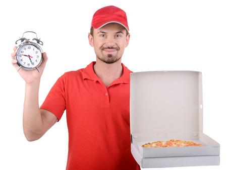 pizza box: Hombre de la pizza. Repartidor joven alegre que sostiene una caja de pizza mientras aislados en blanco