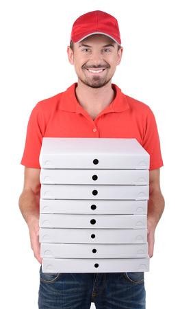 pizza box: Repartidor joven alegre que sostiene una caja de pizza mientras aislados en blanco