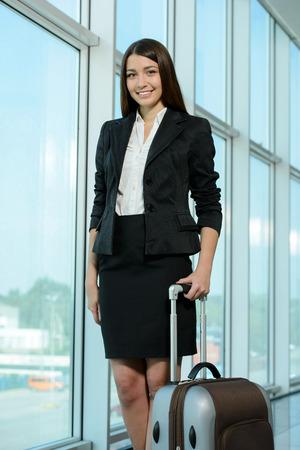 stay beautiful: Mujer de negocios en billetes de avi�n a la espera de su vuelo en el aeropuerto Foto de archivo