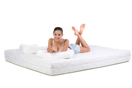 Portret van een vrouw liggend op een matras. Orthopedische matrassen. Stockfoto