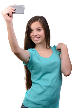 Gelukkig flirten jong meisje het nemen van foto's van zichzelf via de mobiele telefoon, op witte achtergrond