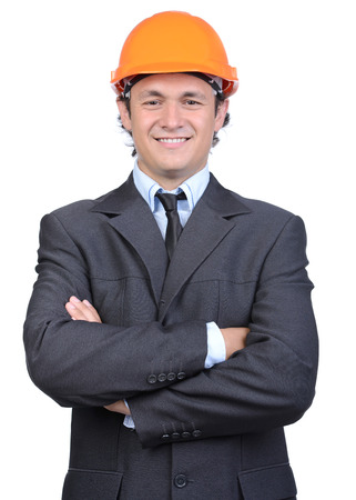 Portret van vrolijke jonge ingenieur in helm, die op witte achtergrond wordt geïsoleerd