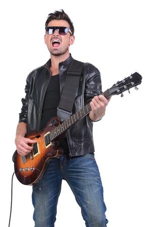 Jonge muzikant spelen gitaar, geïsoleerd op wit