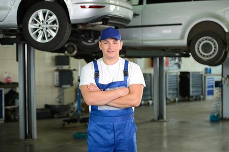 Portrait of confident male auto mechanic in workshop 版權商用圖片 - 31986566