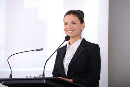 Vrouwelijke spreker op het bord. Handelsconferentie