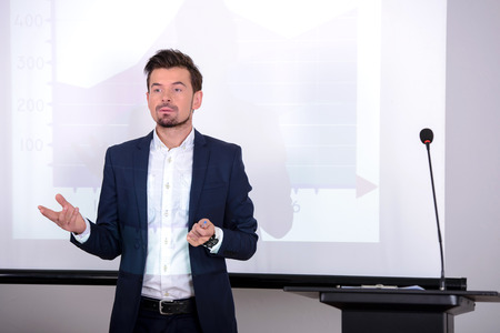 the speaker: Joven empresario de dar la presentaci�n a sus colegas