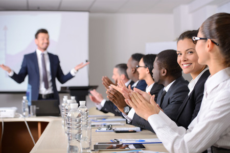ビジネス会議ビジネス ・ ミーティング。一緒にテーブルに座って何かを議論する正装のビジネス人々 写真素材