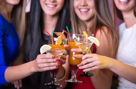 despedida de soltera: Fiesta, fiesta, amigos, bachelorette y concepto cumpleaños - tres hermosa mujer en traje de noche con cócteles Foto de archivo