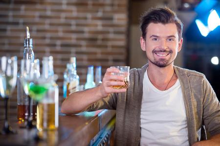 tomando alcohol: Consumici�n bebida joven alcohol en el bar Foto de archivo