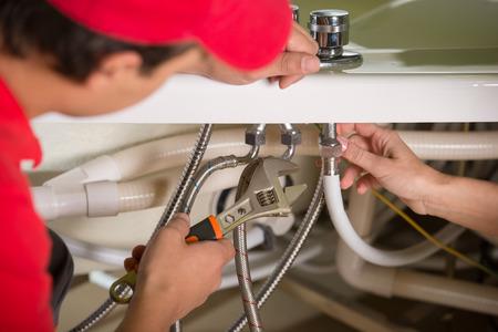 Professionele loodgieter. Sanitair reparatie service. Stockfoto