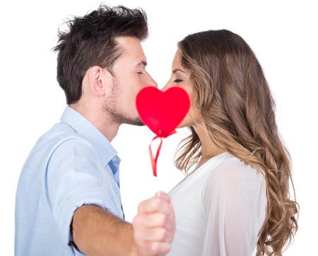 besos hombres: Hermosa pareja de enamorados besándose, aislado en blanco