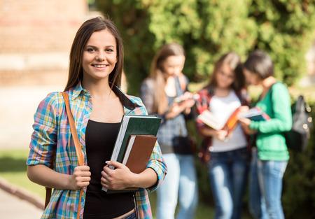 Jong knap meisje, student aan de hogeschool Stockfoto - 32993914