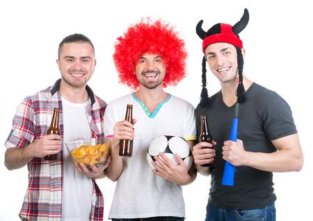 get ready: Ritratto di tre tifosi di calcio con pallone da calcio, vuvuzela si preparano per la visione di gioco.