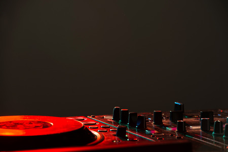Dj 믹서 장비로 사운드를 제어하고 음악을 재생합니다.