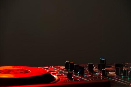 Dj mixer apparatuur om geluid te regelen en muziek afspelen.
