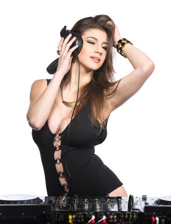 audifonos dj: Mujer de DJ que tiene en la cubierta de discos de vinilo divertido de reproducción musical. Foto de archivo