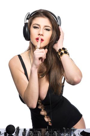 audifonos dj: Mujer de DJ que tiene en la cubierta de discos de vinilo divertido de reproducción musical. Fondo blanco.