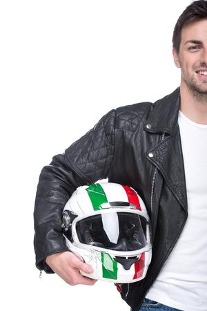 motociclista: Retrato de un joven motociclista es la celebraci�n de un casco posando aisladas sobre fondo blanco.