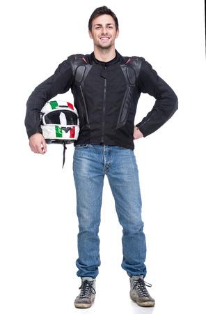 Retrato de un joven motociclista es la celebración de un casco posando aisladas sobre fondo blanco.
