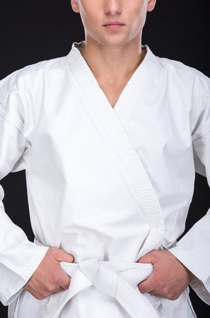 defensa personal: Retrato de un hombre en un kimono con un cinturón blanco. Foto de archivo