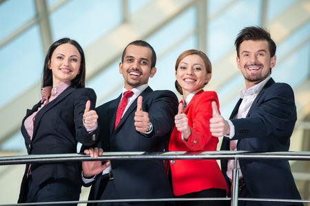 Retrato del exitoso equipo de gente de negocios internacional. Vista desde abajo. Foto de archivo - 33924409