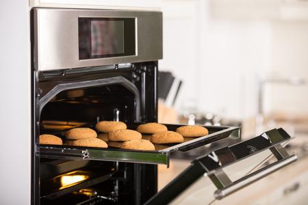 오븐에서 그리드에 쿠키입니다. 스톡 콘텐츠
