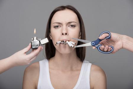 Jong meisje worstelt met haar slechte gewoonten. Stockfoto - 33882514