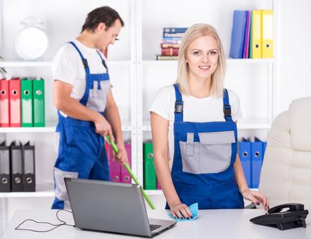 젊은 부부는 전문 청소 사무실 청소한다.