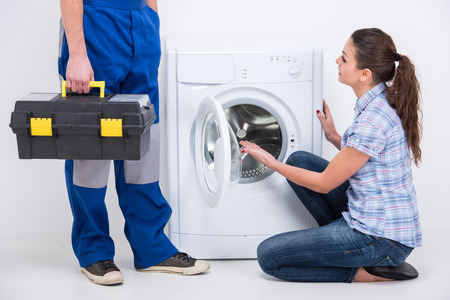 Désistements. Réparateur est venu pour réparer une machine à laver. Banque d'images - 34413883