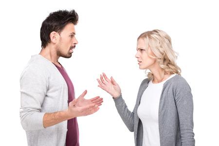 pareja discutiendo: Conversación entre un hombre y una mujer, aislado en fondo blanco.