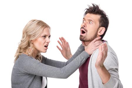 pareja discutiendo: Dificultades de relación. Pareja joven con una pelea. Fondo blanco. Foto de archivo