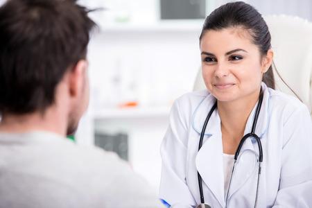 consulta médica: Salud y concepto de la medicina. Joven doctora con y paciente en el hospital. Foto de archivo
