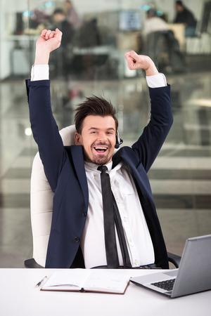 persona feliz: Retrato de feliz sonriente operador de tel�fono de atenci�n al cliente en el lugar de trabajo. Foto de archivo