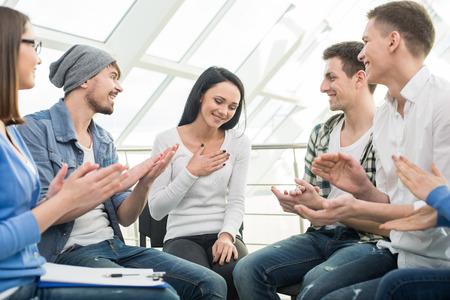 terapia psicologica: C�rculo de la confianza. Grupo de personas que est�n sentados en c�rculo y se apoyan mutuamente.