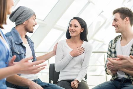 apoyo social: Círculo de la confianza. Grupo de personas que están sentados en círculo y se apoyan mutuamente.