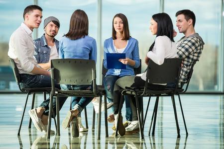 terapia grupal: Círculo de la confianza. Grupo de personas que están sentados en círculo y se apoyan mutuamente.