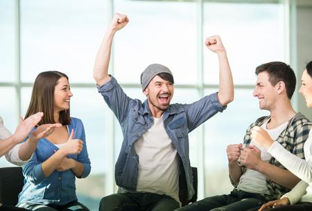 razas de personas: C�rculo de la confianza. Grupo de personas que est�n sentados en c�rculo y se apoyan mutuamente.