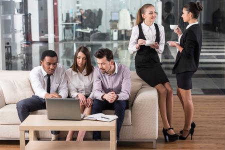 hombre tomando cafe: La gente de negocios est�n interactuando y beber caf� en la oficina. Foto de archivo