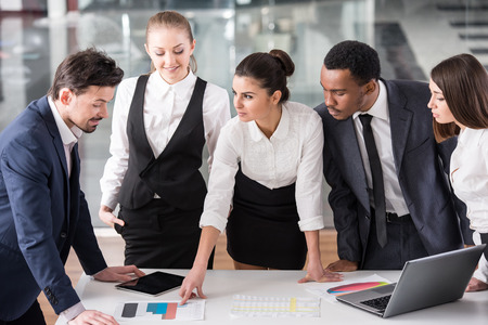 reunion de trabajo: Grupo de los empresarios son discutir un proyecto, usando la computadora port�til, tablet.