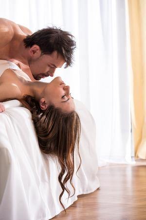 mujer decepcionada: Amor joven pareja en la cama, escena rom�ntica en el dormitorio.