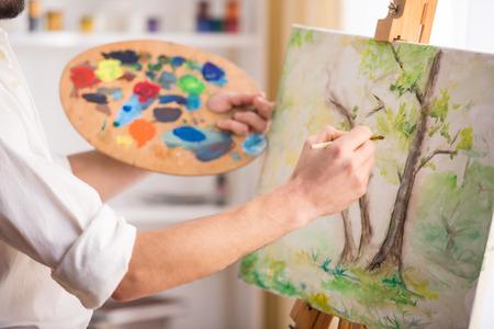 매우 재능있는 화가의 근접 촬영보기 그는 자신의 그림을 그리기된다.