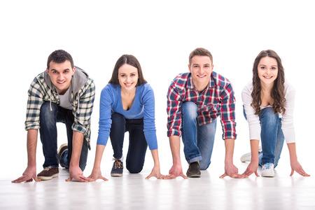 Mensen op startlijn. Groep jonge mensen staan op de startlijn en kijken terwijl geïsoleerd op wit.