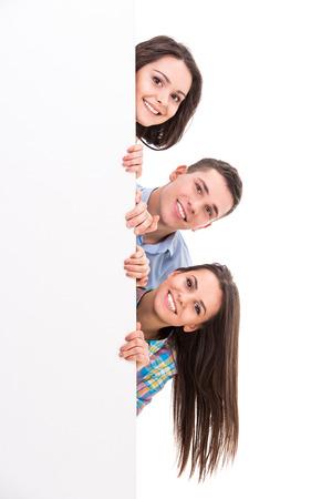 personas unidas: Educaci�n y concepto de la gente. Grupo de estudiantes sonrientes est�n de pie sobre fondo blanco.