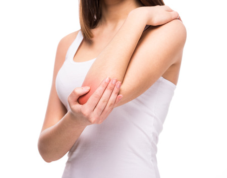 codo: Mujer sufre de reumatismo articular crónico. El dolor de codo y concepto de tratamiento.